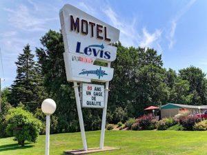 Motel Lévis, enseigne et hébergement offrant le service de transport de bagages
