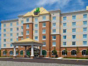 Bowmanville Holiday Inn Express & Suite - saint-laurent à vélo - cyclotourisme - waterfront trail - cyclotourisme québec - cyclotourisme ontario